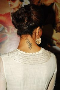 d9trbqln2nhsjeka.D.0.Deepika-Padukone-flaunting-her-RK-tattoo-at-the-trailer-launch-of-CHENNAI-EXPRESS-at-BIG-IMAX-Cinemas-in-Mumbai